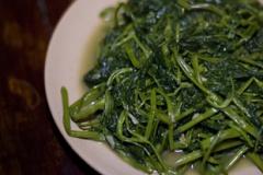 Rau Muong Xao Tuong (Gebratener Wasserspinat mit gelber Bohnensauce)